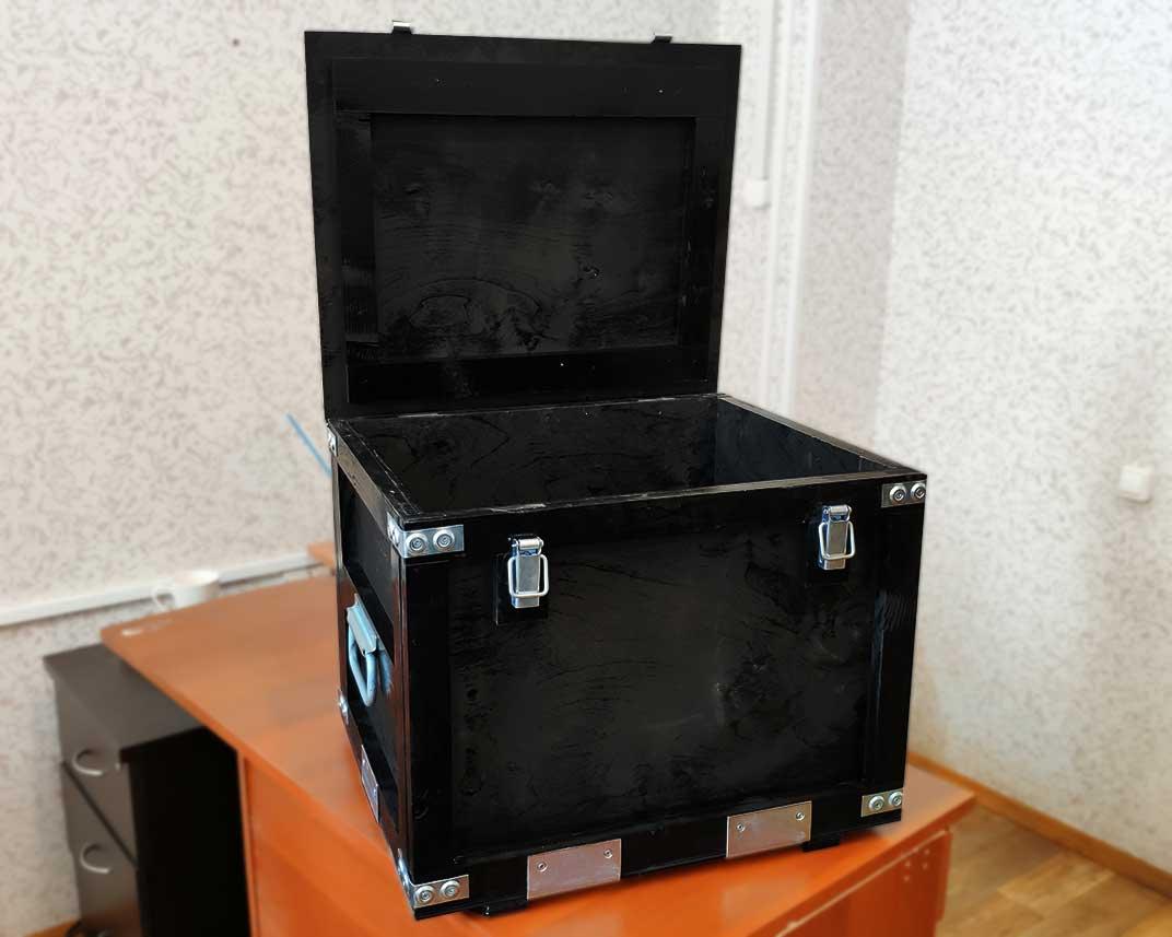 Черный деревянный ящик